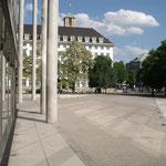 Zugang von der Innenstadt auf das Gelände der Pinakothek der Moderne