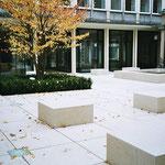 Sitzblöcke aus massiven Jura-Kalkstein - dieser Bereich ist unterbaut.