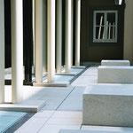 Sitzblöcke aus Jura-Kalkstein - gestockt und schariert