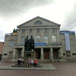 ワイマール歌劇場前 シラーとゲーテのパワー全開です