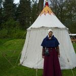 Photo: Nathalie Brandt. Doris Brandt, robe et aumusse en laine, manches amovibles en brocart et coiffe en lin