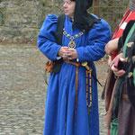 Le Roi Charles VII: manteau en laine bleu roi et coiffe réalisée sur mesure.