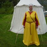 Photo: Nathalie Brandt. Mélissa Neusy-Villain, robe en lin rouge et robe à manches dépasséesen laine jaune doublée lin fin
