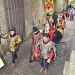 Entrée dans la cour du château de trois Bourguignons qui portent des tenues réalisées par mes soins.