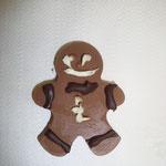 Atelier chocolat... l'enfant moule et décore sa création