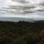 見晴らしがよければ、京都タワーから太陽の塔まで見えます