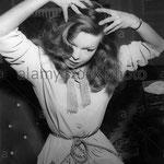 Cécile Aubry se coiffe les cheveux dans les années 1950 © alamy.com