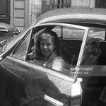Devant le théâtre du Grand Guignol, Cécile Aubry entre dans sa voiture