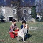 En mars 1970, Cécile Aubry, Mehdi et Roxane dans le parc du Moulin Bleu