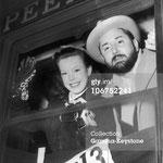 """Cécile Aubry et Pierre Brasseur font signe d'au revoir aux photographes à la gare de l'Est de Paris le 16 février 1951. Ils partent par le Alberg-Express en Allemagne dans la Forêt Noire pour tourner """"Barbe-Bleue""""."""