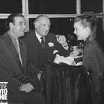 Cécile Aubry et le réalisateur Christian Jaque (à gauche) eu restaurant de la Tour Eiffel à Paris en 1951