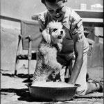 """Avec Satin sur le tournage de """"La Rose Noire"""" en 1950 © ebay"""