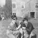 En mars 1970, Cécile Aubry, Mehdi et Roxane dans le parc du Moulin Bleu © Jours de France n°797