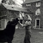 1955, avec le poney Barbara dans la cour