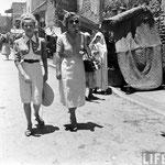 """Cécile Aubry et sa mère sur le tournage de """"La Rose Noire"""" en 1950 © Life"""