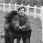 En 1968, Mehdi avec le poney Lancelot au Moulin Bleu © ebay