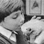 En 1967, Mehdi et un petit chaton au Moulin Bleu