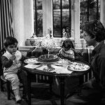 En 1958, avec Mehdi et le petit chien Pick © ebay