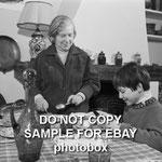 Mehdi et sa grand-mère à la table de la cuisine en 1965 © ebay
