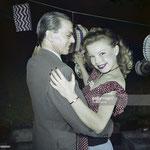 Cécile Aubry danse avec son père Lucien Bénard au bal du 14 juillet 1950 © gettyimages
