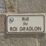 Une des rues de Quimper donnant sur la  Cathédrale Saint Corentin porte le nom  du Roi Gradlon