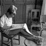 """Cécile Aubry apprend son texte avec le script de """"La Rose Noire"""""""