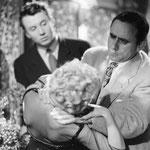 Le réalisateur Henri-Georges Clouzot  (à droite) montrant l'exemple à Michel Auclair  (à gauche) pour une scène avec Cécile Aubry (devant, de dos)