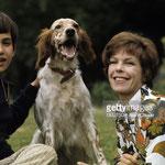 En 1970, Cécile Aubry, Mehdi et Roxane dans le parc du Moulin Bleu © gettyimages