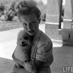 """Avec Satin sur le tournage de """"La Rose Noire"""" en 1950 © Life"""