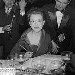 Cécile Aubry eu restaurant de la Tour Eiffel à Paris en 1951