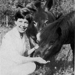 Cécile Aubry, le poney Paquita et l'ânesse Samba dans le parc du Moulin Bleu en 1965 © Femmes d'aujourd'hui n°1067