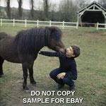 Mehdi et le poney Lancelot dans le parc du Moulin Bleu © ebay
