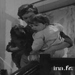 En 1958, avec Mehdi et le petit chien Pick © ina.fr
