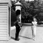 Cécile Aubry observe une sentinelle en service au palais de Buckingham, à Londres en 1950 © alamy.com