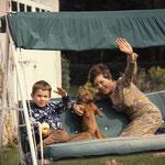 Quelques années plus tard, avec Mehdi et le petit chien Pick © ebay
