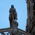 La statue du Roi Gradlon entre les deux flèches au  sommet de la Cathédrale Saint Corentin de Quimper