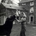 En 1950, avec le poney Barbara dans la cour du Moulin Bleu