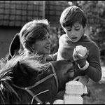 En 1967, Cécile Aubry, Mehdi et le poney Lancelot © Guy Le Querrec - Magnum Photos