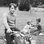 Cécile Aubry, Mehdi et Roxane en 1971 dans les jardins du Moulin Bleu © ebay