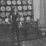 1955, avec ses chiens Schnapzy (teckel) et Satin (caniche nain)
