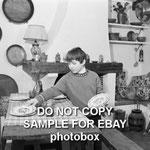 Mehdi dresse la table de la cuisine en 1965 © ebay