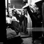 Cécile Aubry exécute quelques assouplissements dans sa loge