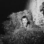 En novembre 1965, Mehdi et un petit chat dans une botte de paille © gettyimages