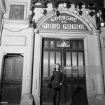 Cécile Aubry pose devant l'entrée du théâtre du Grand Guignol