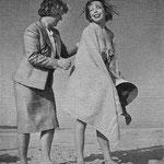 Cécile Aubry laisse sa mère lui frotter le dos après s'être baignée en 1950 © clipping 1950
