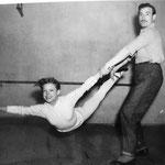 Avec Henri Allaume, photo prise le 09/02/1954 au théâtre Sarah Bernard à Paris © ebay