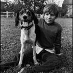 En 1967, Mehdi et le chien Par-ici-la-bonne-soupe © Guy Le Querrec - Magnum Photos