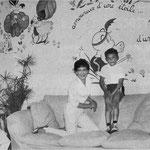 Cécile Aubry et Mehdi dans la salle de jeux en 1965 © Femmes d'aujourd'hui n°1067