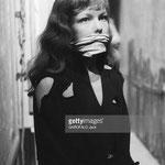 Portrait de Cécile Aubry dans les coulisses, bâillonée