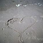 ein angespültes Herz am Strand von Juist
